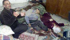 un-palestino-junto-a-los-cadaveres-de-su-hermano-y-su-madre